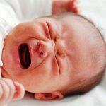 Bebé llorando a causa de un cólico